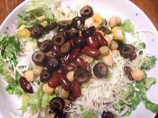 お豆と野菜のバランスサラダにON