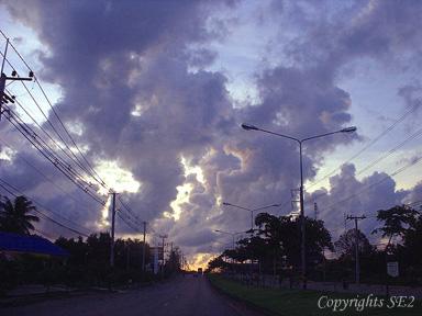 空港へ向かう道の夕景