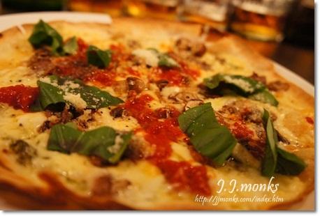 トマトきのこ アンチョビのピザ