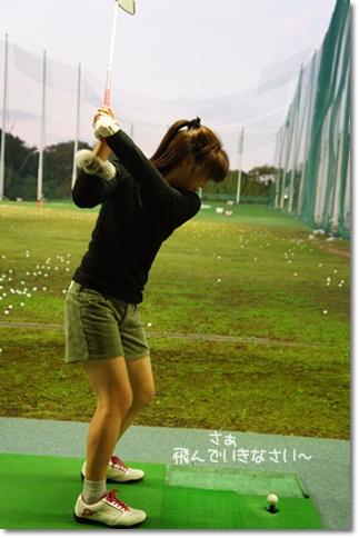 ゴルフの練習してます