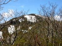 下賽の河原から目指す山頂を望む