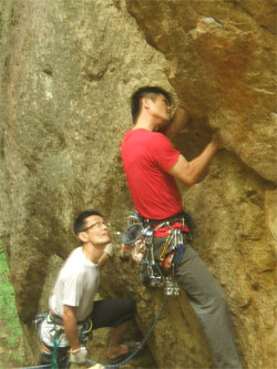 小川山兄岩東面最高フレーク:カムのセットは難しい
