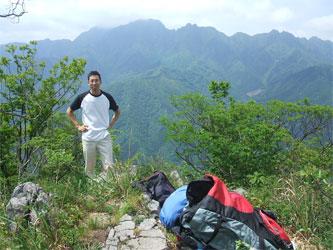 西岳山頂に立つ波多野さん