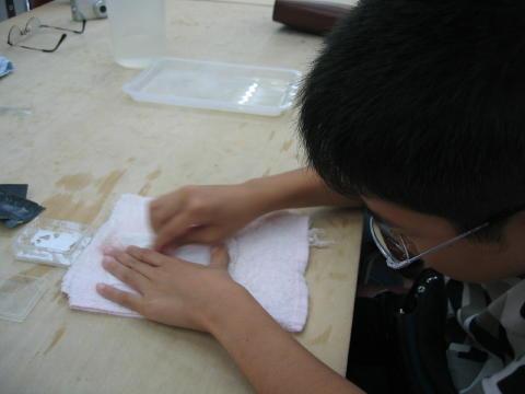 仕上げに白い磨き粉をつけて磨きます。