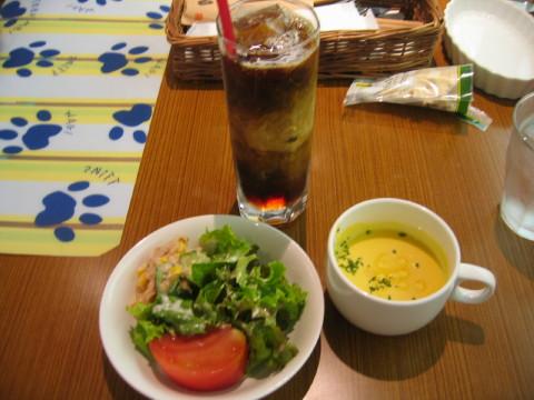 セットのサラダとスープとドリンク。
