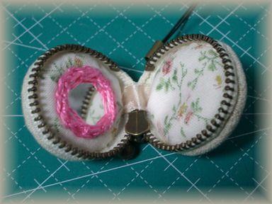 刺繍のマカロンもミラー付き