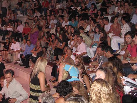 パトラス市長など招待客と観客。この日は3日公演の初日でした。