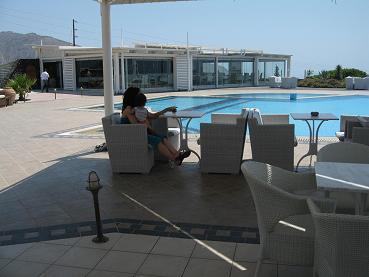 やっとホテルについて、プールサイドのカフェで一息・・・