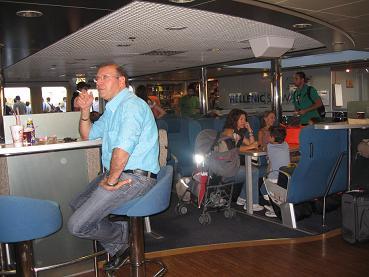エレニック・シーウェイズ船内。このタバコを吸ってるおじさんの後ろは禁煙席、という無理な設定が気になった・・・。