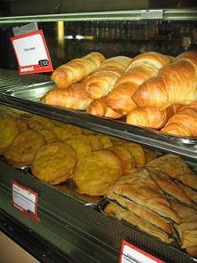 ギリシャのチェーンのカフェ「エベレスト」が入っていて、朝食を購入。