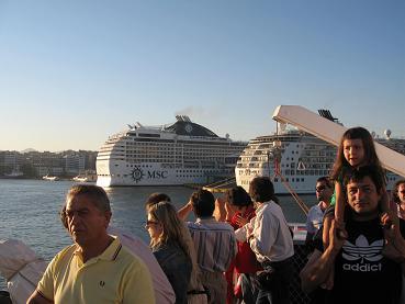 ピレウス港に停泊中のクルーズ船など・・・