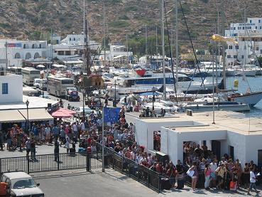 寄港したイオス島で、さらにどーっと乗り込んでくる観光客たち