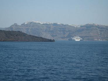 とうとう見えてきたサントリーニ島、デッキに出れないので、船内の窓から眺めつつ・・・