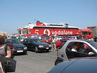 これが乗ってきたヘレニック・シーウェイズの船。一斉に下りる観光客と大量の車で、港は一気に混雑。