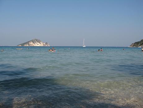 遠浅で海水の暖かいケリ・ビーチ。前面はマラソニソというウミガメの産卵地の一つでもある島。