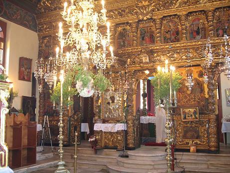 ケリ村の中にある教会。8月15日の祝日には、この中心に見える銀で装飾された聖母像のイコンがかつぎだされ、花火や踊りで夜は伝統的なお祭りがあった。