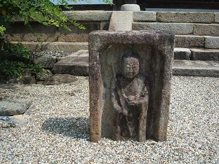新薬師寺本堂前の石仏
