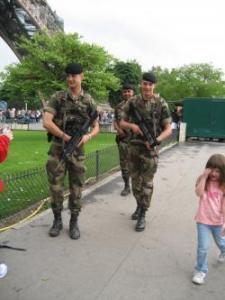 エッフェル塔と強面のお兄さんと女の子