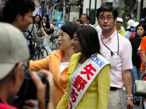 矢野あつ子候補と福島社民党党首梅屋敷駅近くの商店街で矢野候補