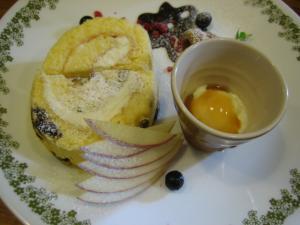 デザート・ロールケーキはラムレーズンとバニラを二人で半分ずつ