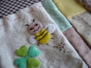 ミツバチのアップリケ。。。