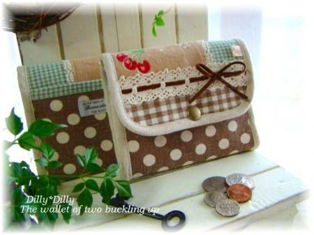 YUWA チョコ色 苺とサクランボ 2つ折り財布
