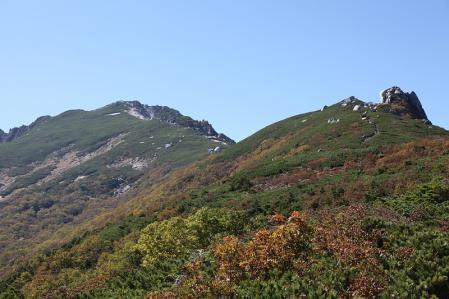 空木岳らしい緑と奇岩の景色