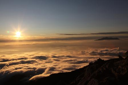 空木岳頂上から雲海を照らす夕日を眺める
