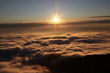 空木岳頂上から雲海に沈みゆく夕日を眺める