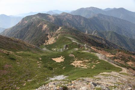 上河内岳から茶臼岳に続く稜線を望む