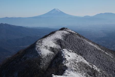 権現岳より三ツ頭、富士を望む
