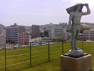 銅像と山並み