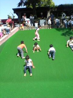 交通児童遊園 芝生の坂