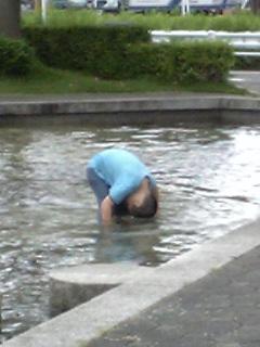 水に頭をつける息子