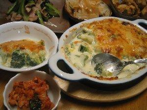 ブロッコリーのグラタン、ターサイと豚バラ肉のオイスターソース炒め、ヤーコンのサラダ、サトイモの味噌炒め