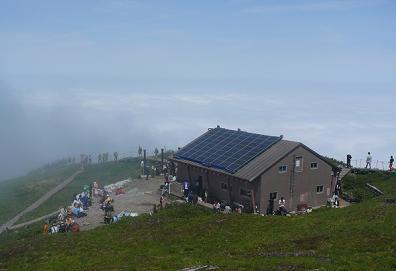 頂上小屋と雲海。わかるかな?