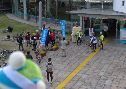 自転車で渡る人が集まってきたね