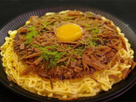 広島風お好み焼きにそっくりなスイーツそばはモンブランで表現