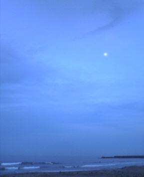 空の色と海と月
