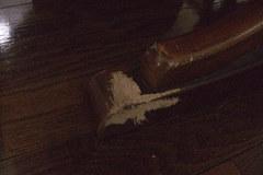 Mがテーブルの足を齧った跡④