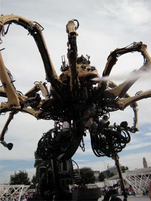 自由なタイミングで水を噴き出す巨大蜘蛛。