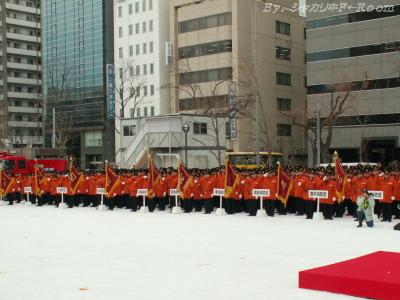 整列する市内各消防団