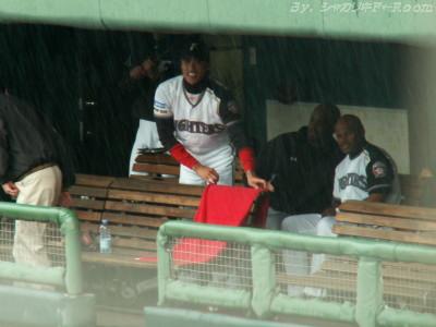 赤タオルをベンチにかけるツヨシ…雨スゲ!