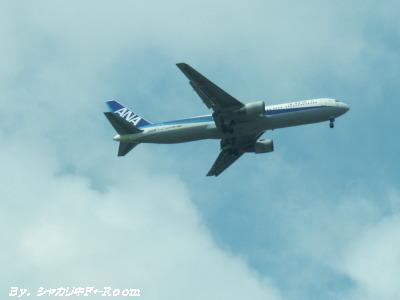 上空を行き交う飛行機。