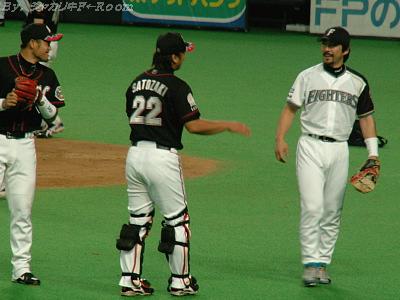 笑顔のWBC組・ガッツ、里崎、今江…この前にガッツは今江の腹にパンチとかしてましたw。