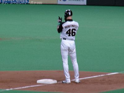 1塁ベース上の同点打の賢介に、拍手~♪のヒチョリン。