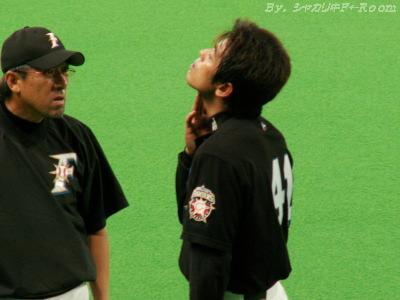 平野コーチにアゴ傷チェックをしてもらう稲葉