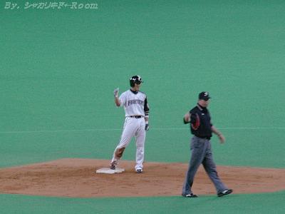 好走塁で2塁に達したケンスケは、ガッツポーズ!