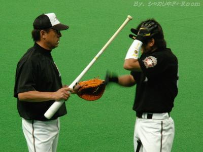 平野コーチにバットでゴツンされたイナさんw
