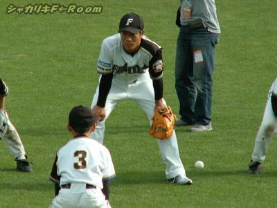 ファイターズ・背番号3とキャッチボール中の小田先生
